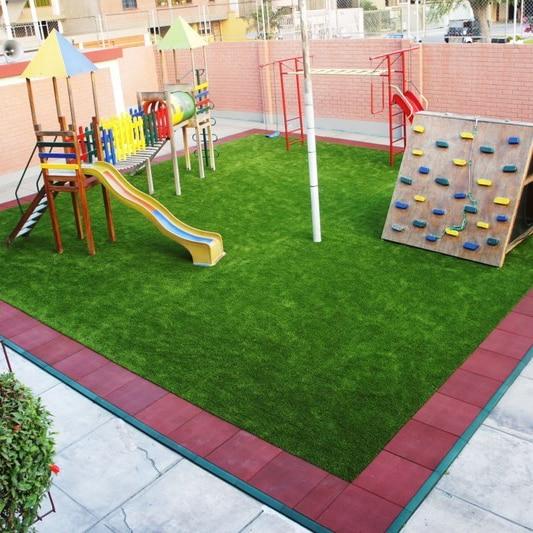 Pasto sintético para áreas infantiles